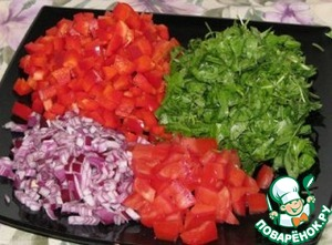 Finely chop the onion, pepper and tomato are larger, but also finely -1 cm, sorrel - large.
