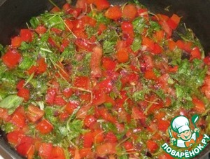 Fry a few minutes on a fairly high heat, do not forget to stir.  Add tomato and sorrel.  Sprinkle with sugar, salt, cover with a lid and stew for about 10-15 minutes (on low heat).
