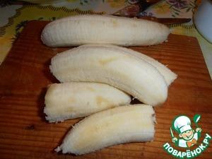 Бананы порезать вдоль и пополам.