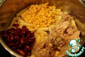 Слить воду с макарон, промыть. В кастрюле смешать макароны, консервы, фасоль и кукурузу, поставить на несколько минут на маленький огонь под крышкой.