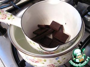 Шоколад наломать на кускочки и медленно расплавить на водяной бане.