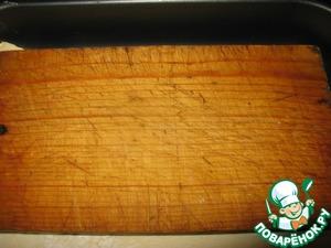 Накрыть пекарской бумагой, сверху поставить ещё форму, чтобы тесто при выпечке не поднималось. Я положила разделочную деревянную доску.    Выпекать при 200 градусах 15 минут.    Достать корж.