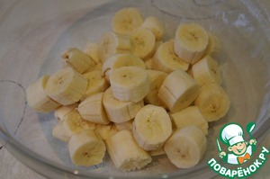 Bananas cut into pieces, folded in the bowl of a blender and grind.