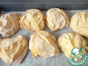 Ставим противень в духовку и держим там тесто до тех пор, пока оно не подрумянится.