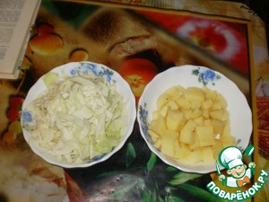 Meanwhile peel and cut the potatoes and cabbage shinkuem.
