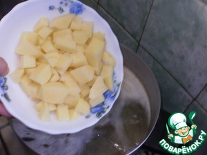 In the boiling broth add the potatoes. Cook for 5 minutes.