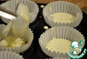 On the basis of Kazuo the mold pour the cream mixture until half of the shape, because the mixture rises in the oven 2 times.