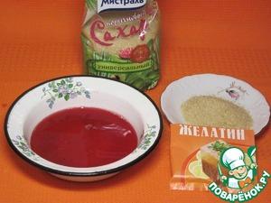 Приготовить желе из сока, сахара и желатина. Можно использовать готовый сок, можно взять свежезамороженные ягоды красной смородины, извлечь из них сок. Так как сок кисленький, добавить сахар.    Желатин залить соком в металлическую мисочку с плоским дном. Дать ему настояться 30-40 минут, согласно инструкции. Нагреть слегка раствор, чтобы крупинки желатина растворились. На время поставить миску в холодное место. Дадим желе застыть и вырежем формочкой сердечки для украшения и создания романтической атмосферы.