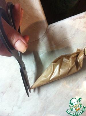 Отрежьте кончик пакетика. Для тонких линий отрежьте мааааленький кусочек. Для толстых - побольше.