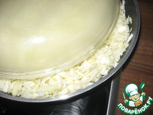 Warm up a frying pan and fry the chopped cabbage in 1 tablespoon oil, then add water - about 3 tablespoons, and closing the lid, stew for about 10 minutes.