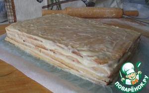 At the base of the cake was 4 layers, upper Korzh grease cream slightly, it will then the cream under mastic and will form the mastic itself. From scraps of dough to bake a cake and clean up (to the roof). Let the base is impregnated.