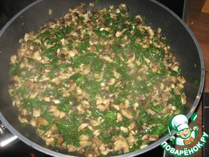 Обжарить на оливковом масле чеснок, добавить порезанные шампиньоны и шпинат. Посолить, поперчить и приправить мускатным орехом.