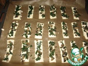 Тесто разрезать на полоски примерно около 4 см в ширину и 12 в длину (у меня с глазомером проблема, поэтому получились разных размеров на любой вкус)).    На каждую полоску нанести творожно -яичную смесь, а сверху грибы со шпинатом.