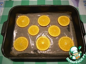 Coat the baking pan with parchment, grease with vegetable oil. Orange slices, put on parchment.