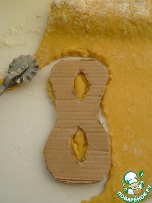 Нарисовать на картонке маску размером 12-13 см на 6-7 см. На раскатанное тесто положить шаблон и вырезать роликом для теста (или ножом)