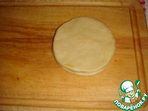 Cover with a second circle of dough.