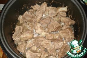 Мясо режем средними кусочками (я не стала мельчить), моем, обсушиваем. В чашу нашей мультиварки вливаем растительное масло и включаем режим жарка, добавляем мясо и жарим 30мин. (если режима жарки нет, включаем режим выпечка)