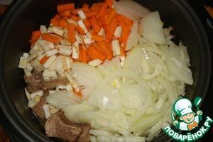 Через 30мин. добавляем к мясу лук, морковь и сельдерей. Перемешиваем.