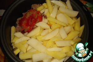 Затем картофель брусочками и болгарский перец соломкой (у меня перец был замороженный, я его не размораживала).