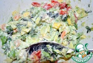 Все перемешиваем вместе с мелкопорезанными листьями салата, зеленым луком, петрушкой и заправляем майонезом, смешанным с горчицей и соком лайма. Солим, перчим.