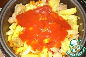 Затем добавляем томатную пасту (если густая, можно развести водой).