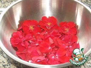 Собираем лепестки от 11 роз, моем проточной холодной водой, даем воде стечь и оставляем в резерве.