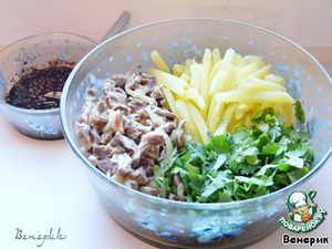 В чашке смешиваем нарезанную кинзу, желудочки, картошку, заправляем соусом.    Даем настояться в холодильнике пару часов,       и едим с большим аппетитом!