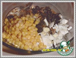 От картофельного мини-рулета[url]https://www.povarenok.ru/recipes/show/29240/[/url]осталась начинка. К начинке добавить кукурузу консервированную