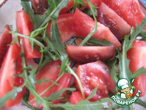 All vegetables, arugula and strawberries to wash, to clean;   cut the tomatoes into big pieces, add the arugula.