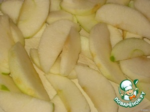 Apples are cleaned from skin and core, cut into small slices and sprinkle with lemon juice.