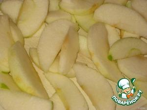 Яблоки очистить от шкурки и сердцевины, разрезать на небольшие дольки и сбрызнуть соком лимона.
