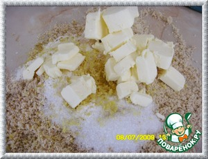 Add the cold butter,zest and chop until the formation of large fat crumbs.