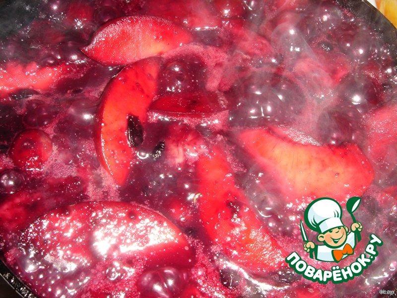 Мороженое с фруктами и ягодами фламбе