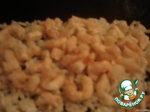 Boiled rice put on a dish, top with cooked shrimp