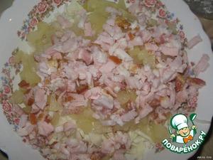Карбонат или копчёное мясо нарезаем соломкой.
