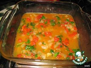 Духовку разогрейте до 190С.   Выложить половину соуса на дно формы, в которой будем запекать.