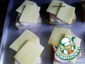 Бутерброды выкладываем на противень и жарим в разогретой духовке. Украшаем зеленью.