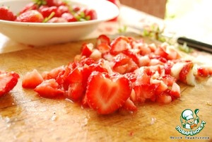 Strawberries wash, cut into pieces, chop with half of the powdered sugar into a puree.