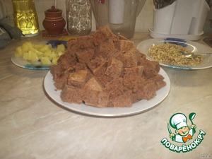 От готового остывшего бисквита отрезать корж высотой 1,5-2 см, а оставшуюся часть нарезать кубиками в 3-4 см.    Советую корочки хрустящие все срезать и использовать только мягкий бисквит. Торт будет нежней