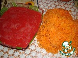 Лук мелко нарезать, морковь натереть на терке, помидоры перекрутить на мясорубке.   В большую ёмкость влить масло и обжарить лук.   Добавить морковь, обжарить и влить томат.