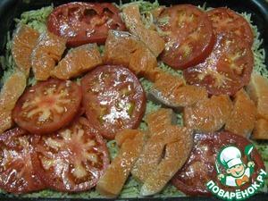 5.Сверху раскладываем помидоры и рыбу (произвольно). Посолить и поперчить.