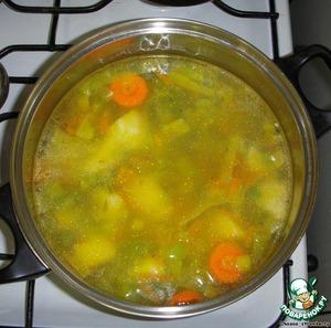 Затем переложить в глубокую кастрюлю, залить водой, добавить нарезанные картофель и 2-ую морковь, оставить вариться.