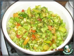 Помидоры перемешать со специями. Залить маринадом из соли, сахара, уксуса, масла.