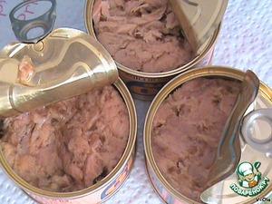 Рецепт достаточно простой.   Отварить телятину. Сделать это нужно заранее, так чтоб она успела полностью остыть. А ещё лучше - положить перед нарезкой на час-другой в морозилку, чтоб легче было порезать тонко. Кусок телятины (филе) нужно варить целиком, не разрезая. От величины куска мяса зависят пропорции ингридиентов. Отваривая мясо можно добавить специи по вкусу, лук, морковь и т. д.      Понадобится тунец в масле и майонез. Можно купить уже готовый соус - майонез с тунцом (salsa tonnata), но консервированный тунец всё равно нужно добавить.