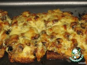 Уложить гренки в подходящую посуду, выложить мясо (на каждую гренку ломтик мяса) и тушеные грибы.    В теплый соус влить лимонный сок и взбитый желток, процедить его через мелкое сито на гренки с мясом и грибами, посыпать тертым сыром и поставить в духовку зарумяниться.    Баклажан очистить, нарезать кружочками, посолить и подержать 10 минут, после чего поджарить, зарумянив с обеих сторон. Подавать блюдо горячим с баклажанами и помидоркой.