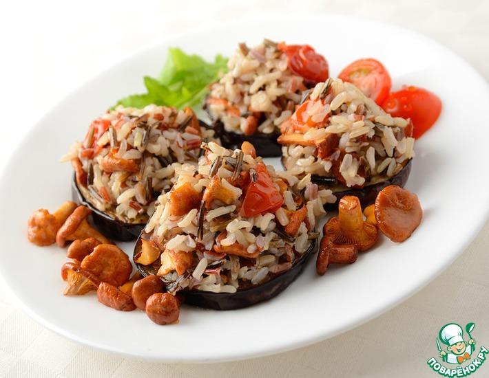 Жареные баклажаны с рисом, лисичками и помидорами