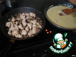 Пожарили курицу с грибами и приготовили соус.