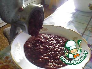 Печень тщательно вымыть. Порезать на небольшие кусочки.   Прокрутить на мясорубке вместе с луком.