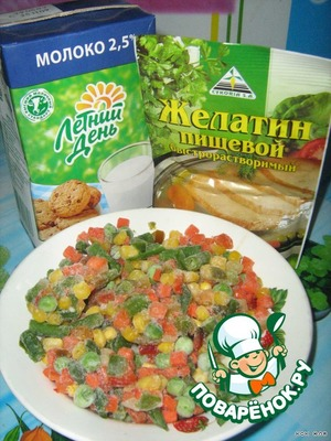 Prepare the products.Boil vegetables,drain ,(when cooking vegetables, I add the vegetables for better taste ).Gelatin soak for 30-40 minutes .