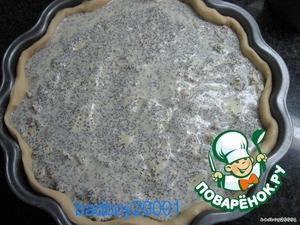 На тесто положить яблочно-маковую начинку, присыпать сахаром, сверху уложить вторую часть творожного крема.